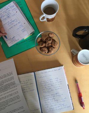 Mødebord med notater og projektforlag