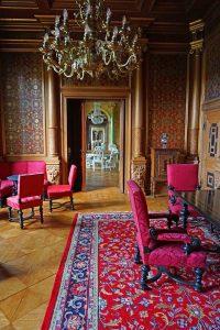 Røde møbler i en herskabelig stue