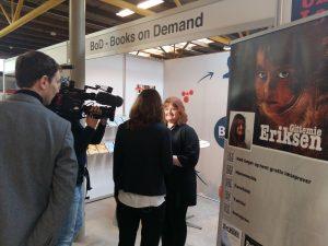 Forfatter bliver filmet og interviewet på Krimimessen