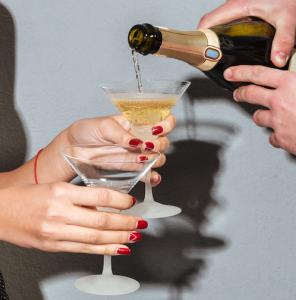 En mand hælder champagne op i glas