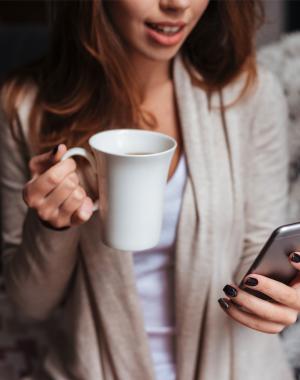 kvinde ser på sin mobil