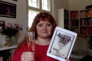 Gittemie skåler med champagne og ny e-bog
