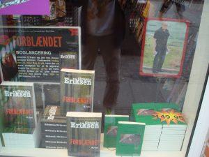 Krimien Forblændet i vinduet hos boghandler
