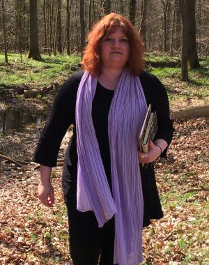Forfatter Gittemie Eriksen i skoven