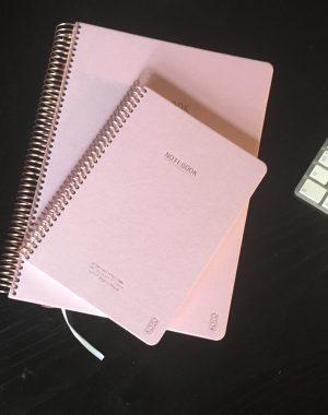 To lyserøde notesbøger